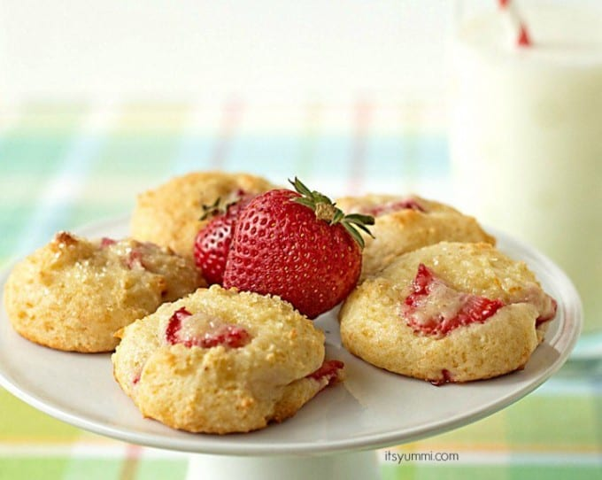 Strawberry-Yogurt-Cookies-from-ItsYummi-com-718x572