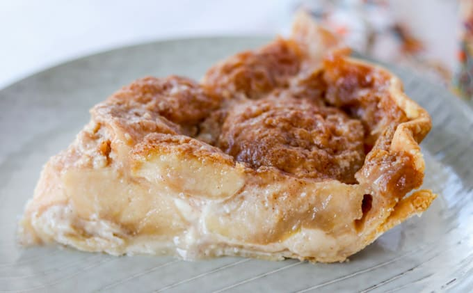 Uma fatia de torta de maçã.