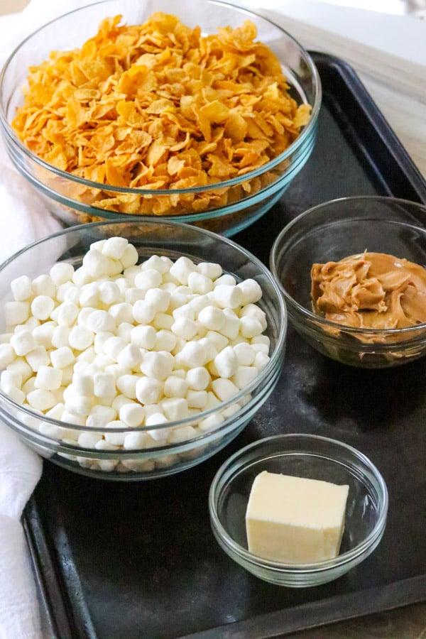 Ingrédients pour les biscuits cornflake au beurre d'arachide sans cuisson