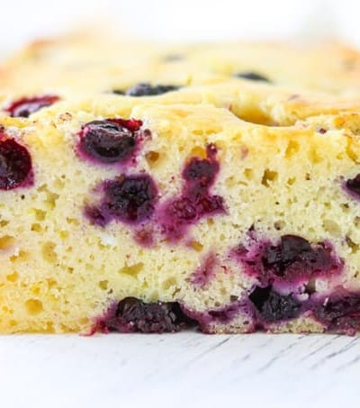 Hungry? A slice of this bread with lemon and blueberries is the perfect snack!